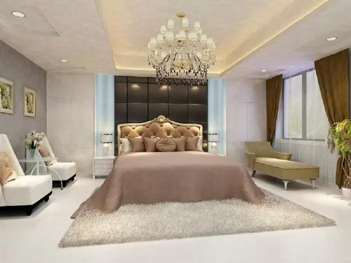 Tông màu nhẹ nhàng, trần giật cấp đơn điệu nhưng khi kết hợp với các chi tiết nội thất cầu kì như: đèn chùm, giường ngủ,… mang phong cách cổ điển, sang trọng