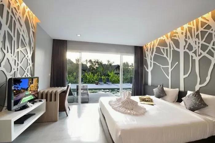 Mẫu trần thạch cao phòng ngủ nhỏ có sổ mở ra không gian mát mẻ, dễ chịu mang phong cách hiện đại